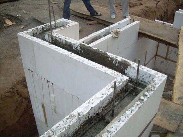 Заливка стен из несъемной опалубки бетоном