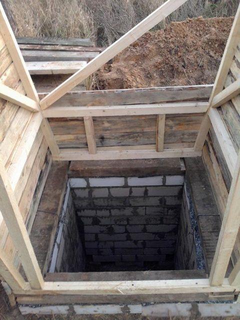 Над ямой крепится пояс из толстого бруса, к которому монтируются остальные детали строения