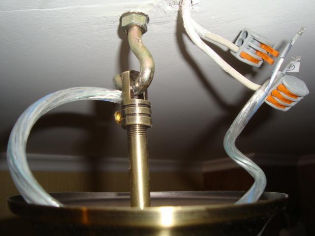 Люстра подвешивается на крюк, провода соединяются в клеммах