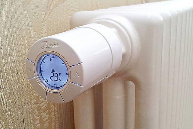 Современный электронный терморегулятор, смонтированный на радиаторе отопления