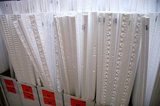 Пенополистирольные плинтусы представлены в продаже в большом разнообразии