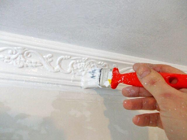 Установленный плинтус можно задекорировать водоэмульсионной краской