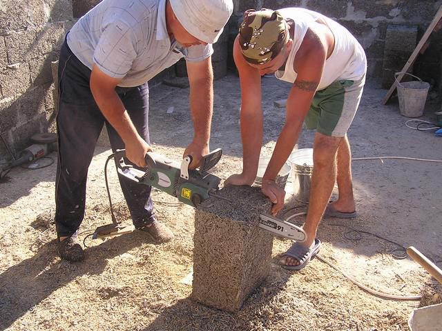 Арболитовые блоки легко поддаются любой обработке