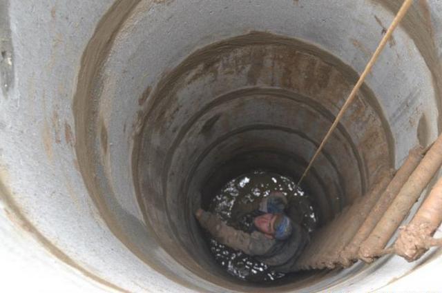 Просаживание всего ствола колодца идет по мере выборки грунта