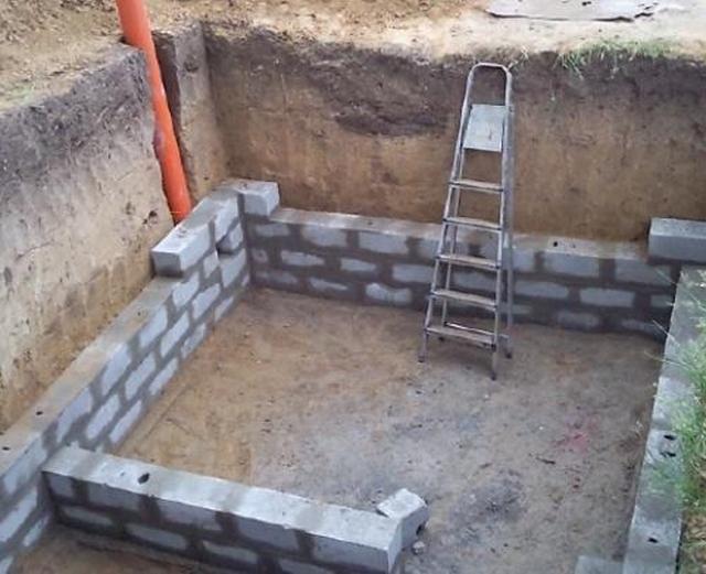 Возведение стен погреба. Сразу предусматривается вентиляционная труба