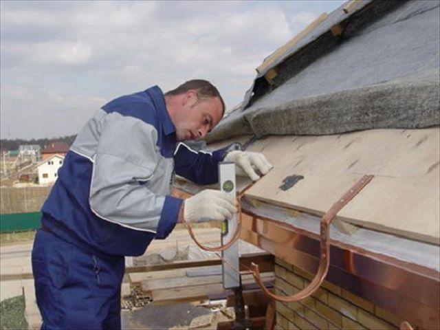 В идеале монтаж водосточной системы необходимо проводить еще до настила кровельного покрытия