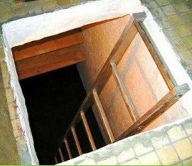 Простая лестница с перекладинами для спуска в погреб