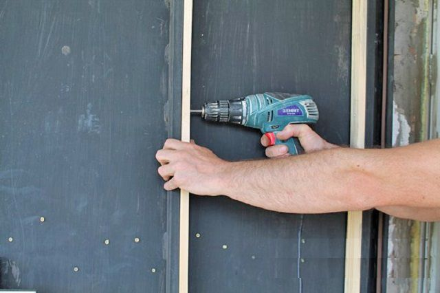Монтаж деревянных реек на каркас двери