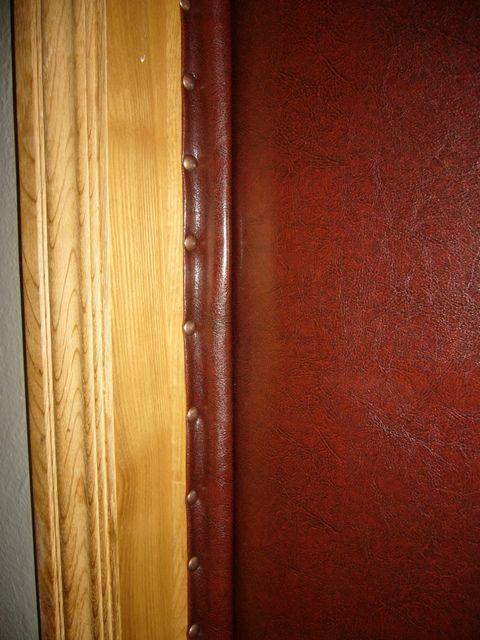 Характерная особенность - уплотнительные валики крепятся не на дверное полотно, а на коробку