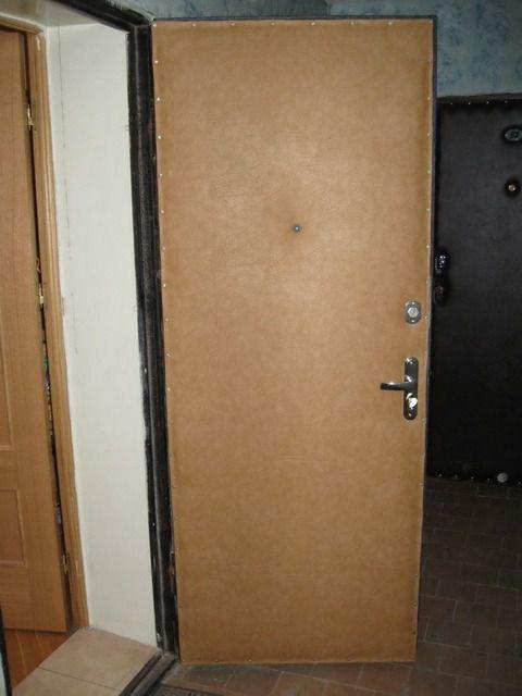 Внешняя металлическая дверь тоже нуждается в отделке и утеплении