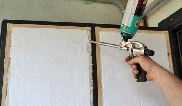 После установки пенополистирольных панелей все оставшиеся пустоты также заделываются пеной