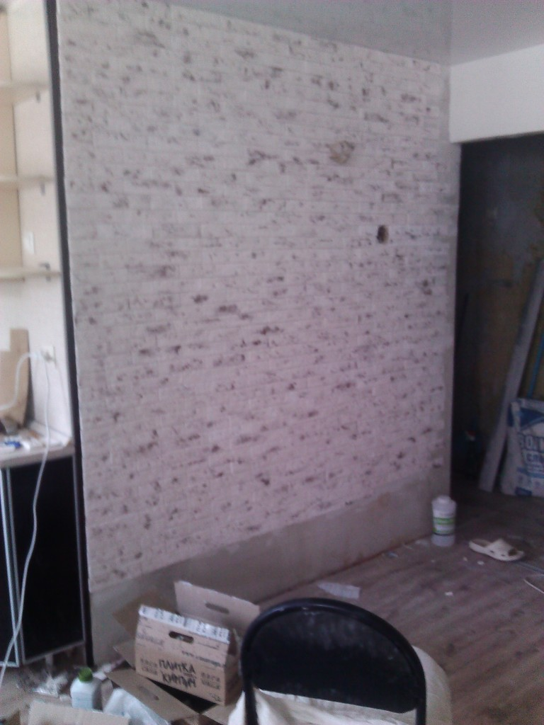 Процесс приклеивания декоративной плитки к стене