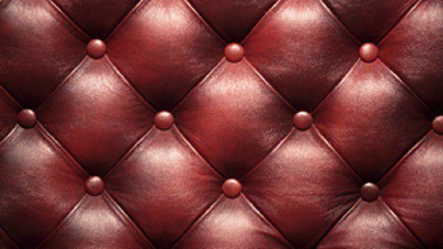 С помощью гвоздиков или пуговиц можно выполнить на двери рельефный узор