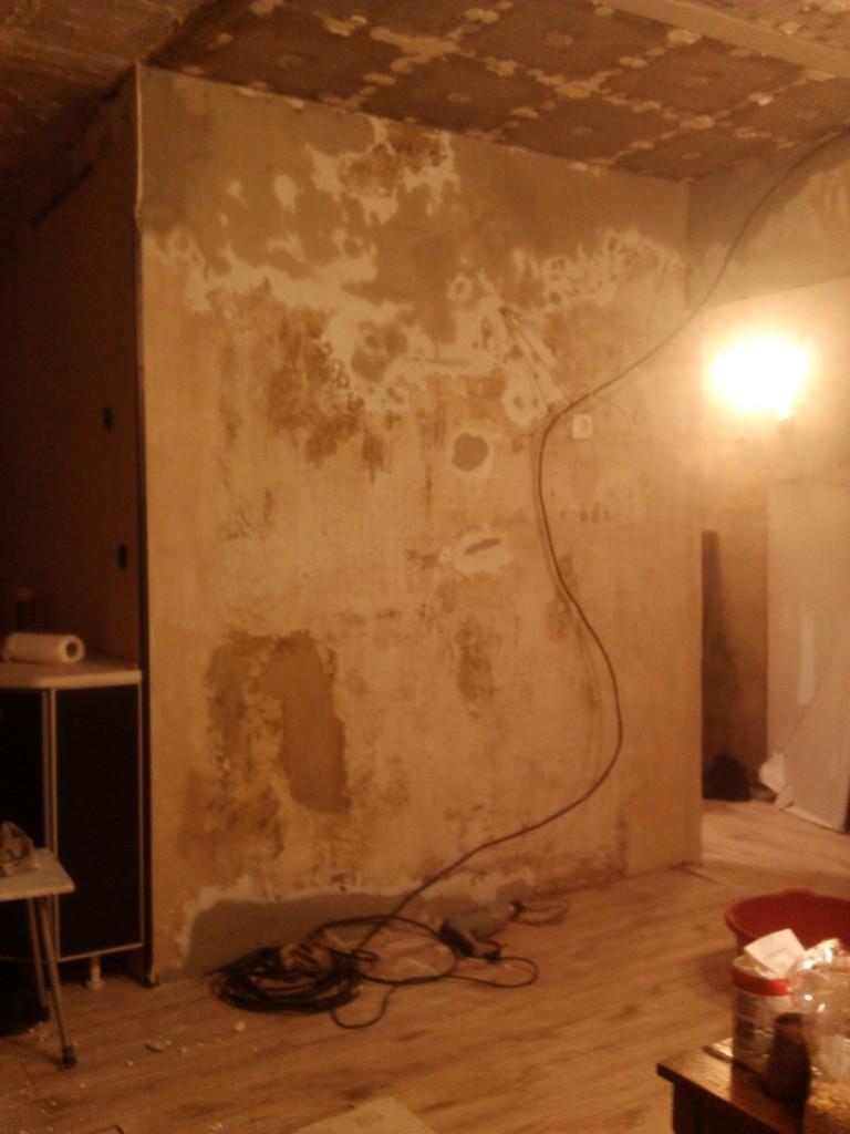 Стена затертая черновым слоем штукатурки - фото