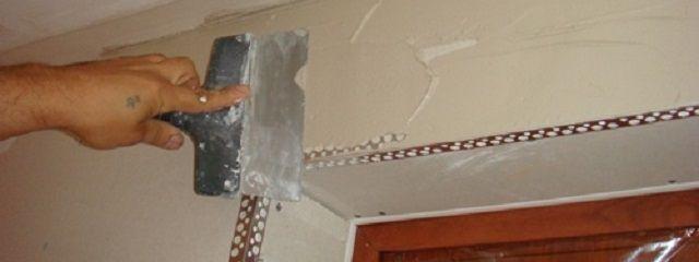 Шпатлевание стенок вокруг дверного проема
