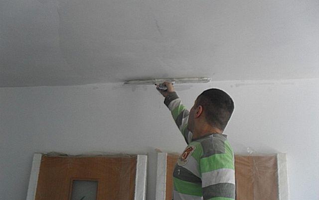 Нанесение слоя шпатлевки начинают от стены