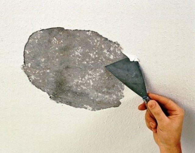 Удаление отслоившихся участков старого покрытия потолка