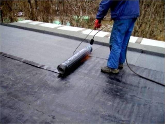Поверх залитой бетонной стяжки на крыше наплавляют мягкую кровлю из рубероида