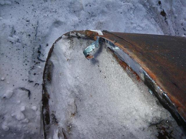 Лучше всего срезать сварной шов между цилиндром и крышкой бочки