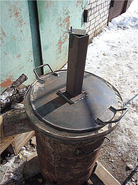 Разработчику этой печки больше пришлась по душе  труба воздуховода с квадратным сечением