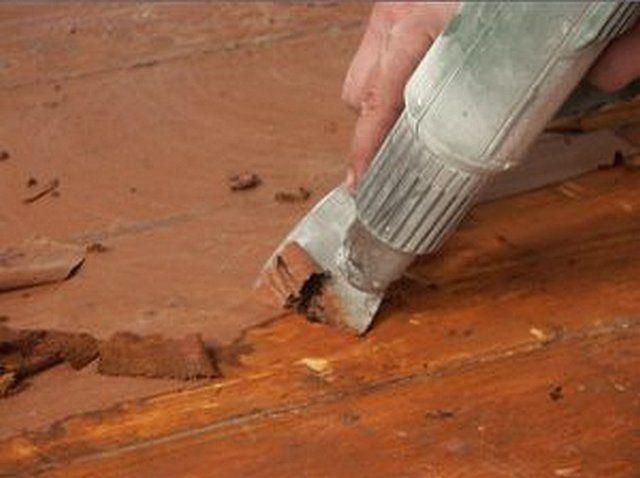Снятие слоев старой краски с помощью строительного фена