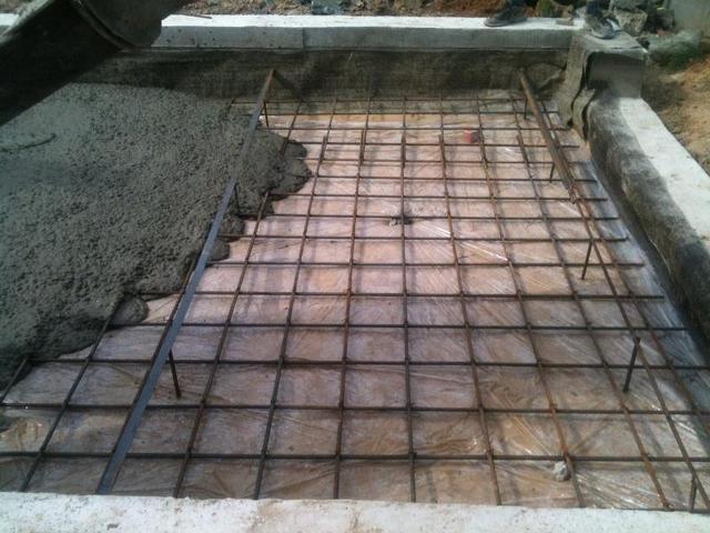 Одновременно с фундаментом можно залить и пол в гараже
