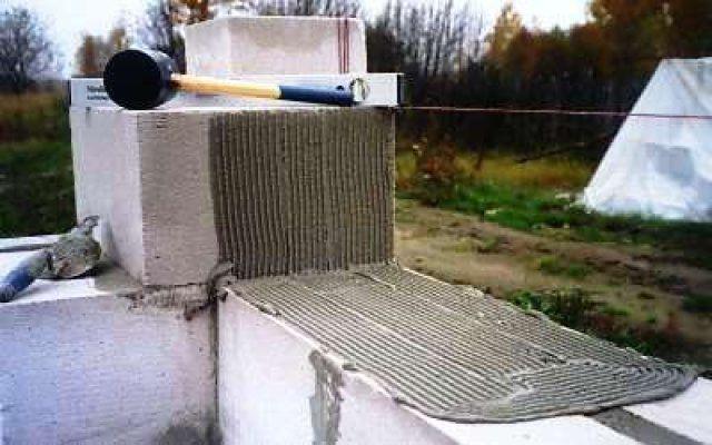 Блоки без пазо-гребневого соединения промазываются клеем в двух плоскостях
