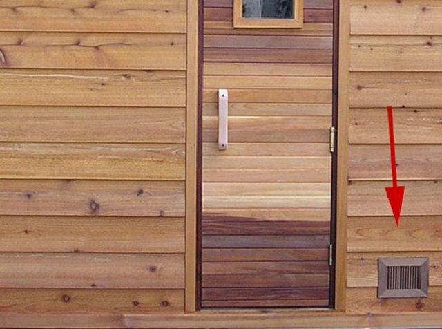 Вентиляционное приточное окно у входа в баню