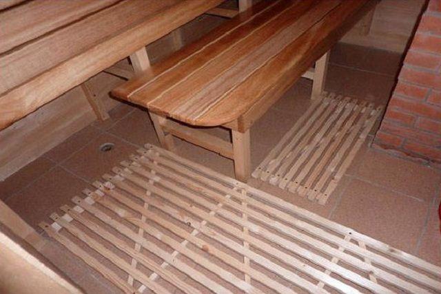 Решетчатые настилы поверх пола, выложенного керамической плиткой