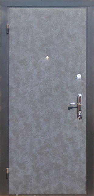 Металлическая дверь также нередко требует утепления и декоративной отделки