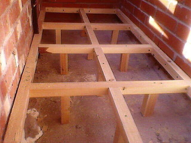 Выставить лаги можно и с помощью самодельной деревянной конструкции