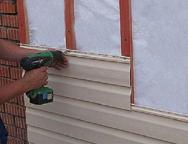 Обшивку стен обычно проводят досками, но если есть желание вписать курятник в общий вид двора, можно применить и сайдинг