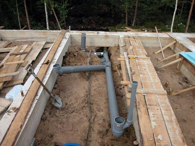 Расположение дренажных труб учитывается еще при возведении фундамента бани