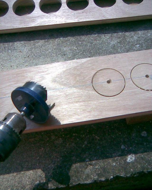 Сверло коронка-чашка просто незаменимо для отверстий большого диаметра в фанере