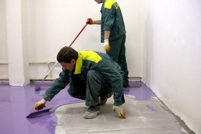 Работать лучше вдвоем: один распределяет состав по поверхности, а второй затем прокатывает его игольчатым валиком