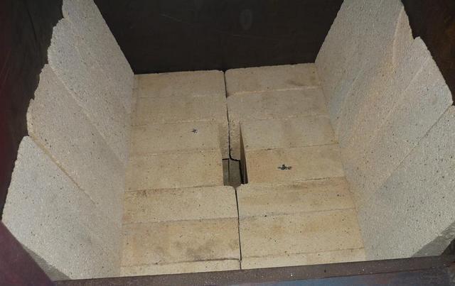 Футеровка нижней части газифицирующей камеры делается из пиленного шамотного кирпича