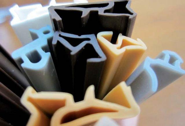 Уплотнители могут различаться по материалу изготовления, конфигурации профиля, расцветке