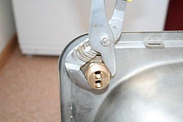 ... которая затягивается ключом, фиксируя положение смесителя на мойке