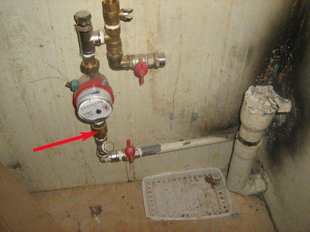 Место установки обратного клапана на вертикальном участке трубы при направлении водяного потока снизу-вверх