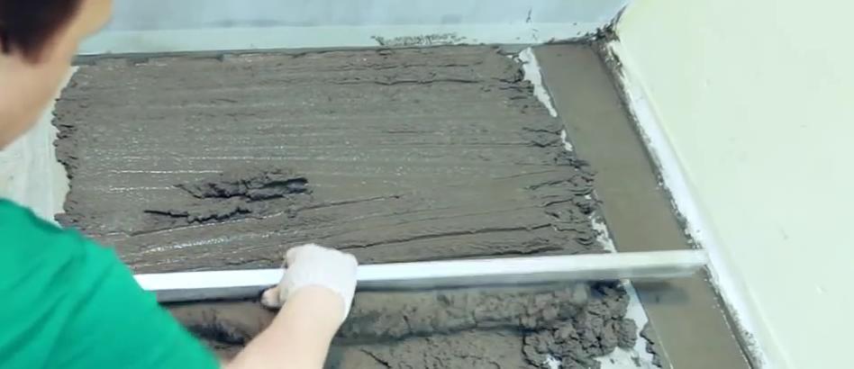 Выравнивание цементной стяжки правилом