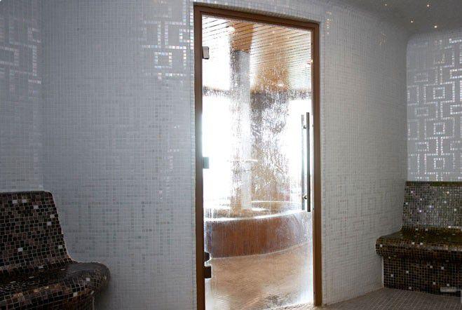 Дверь из термостойкого пластика в турецкой бане