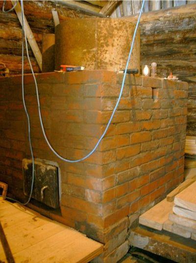 Если баня деревянная, то печь из трубы нужно обложить кирпичом