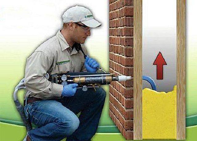 Утепление можно проводить путем заполнения пеной полостей в конструкциях