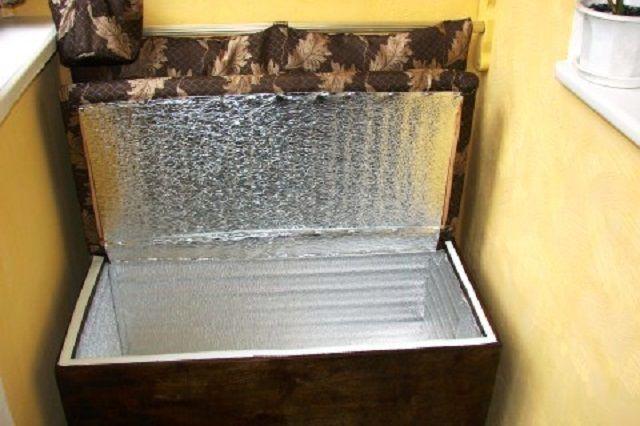 Фольгированным утеплителем закрываются и стенки, и крышка ларя