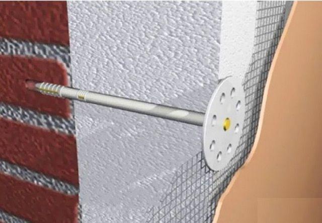 """Пенопласт будет надежно удерживаться на поверхности стены дюбелями -""""грибками"""""""