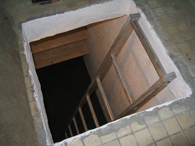 """""""Туннель"""" для входа в погреб"""