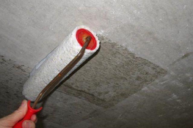 Грунтование потолка удобнее всего проводить с помощью валика