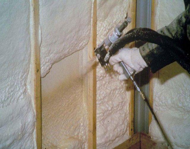 Самый распространенный метод использования пенополиуретана - напыление его на стены