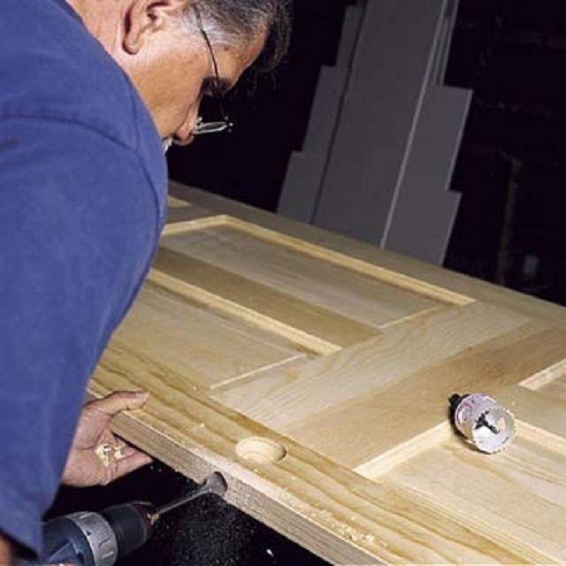 Вырезание пазов и отверстий для установки дверного замка