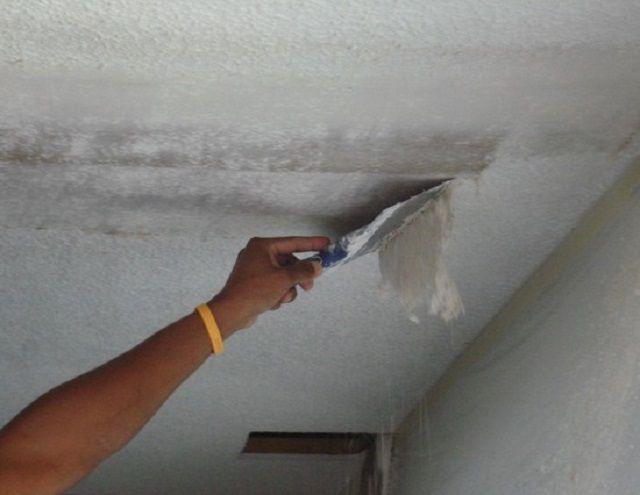 Удаление остатков обоев с поверхности потолка